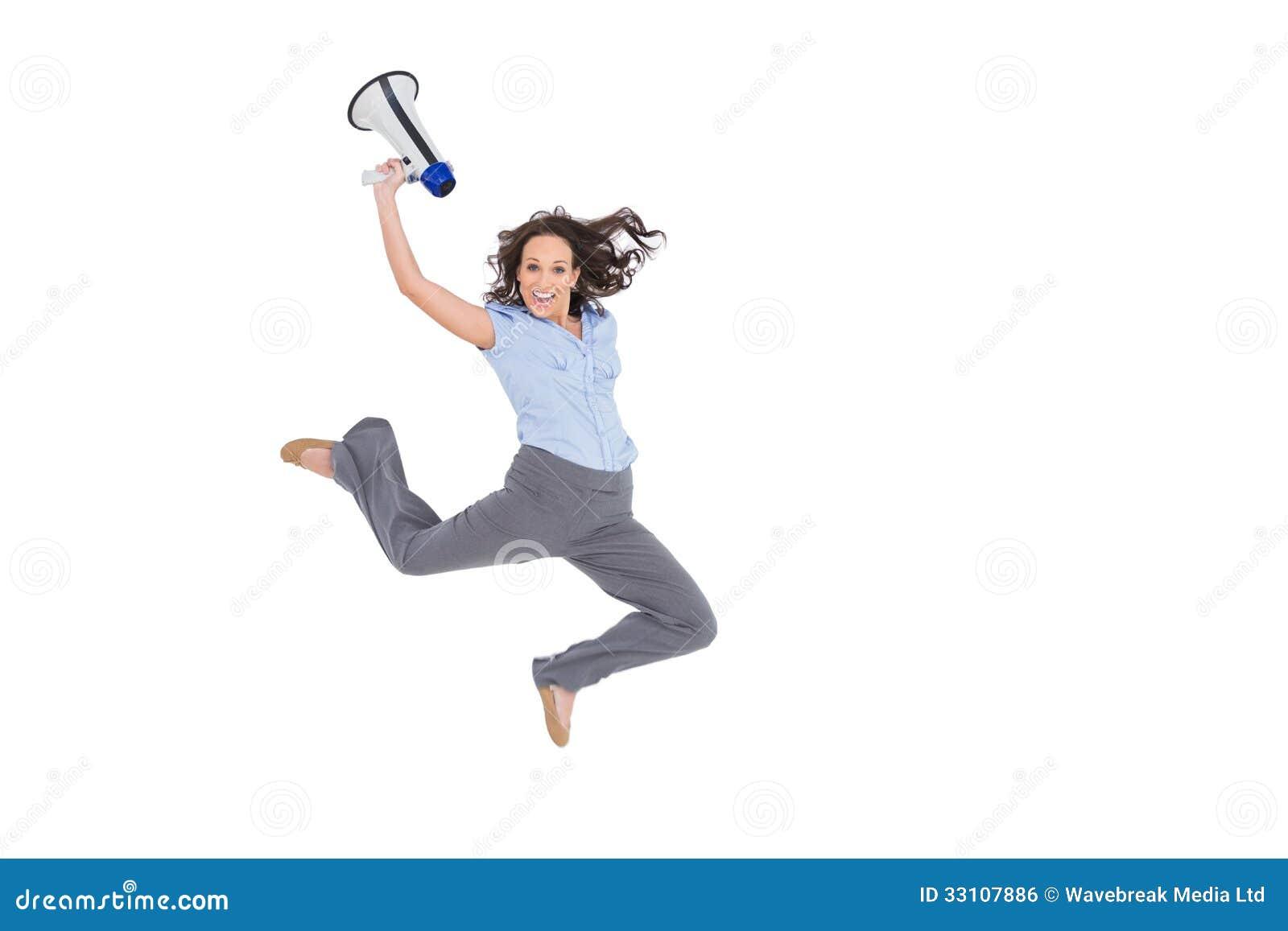 跳跃快乐的优等的女实业家,当拿着扩音机时