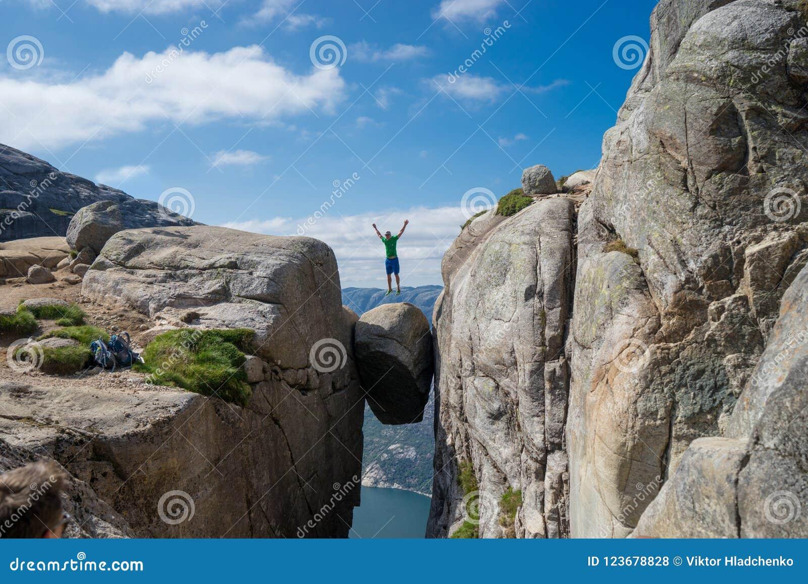 跳过Kjeragbolten的人在挪威 谢拉格山