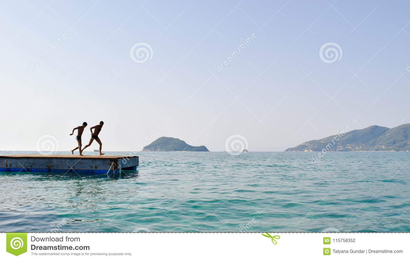 跳进从浮船的海