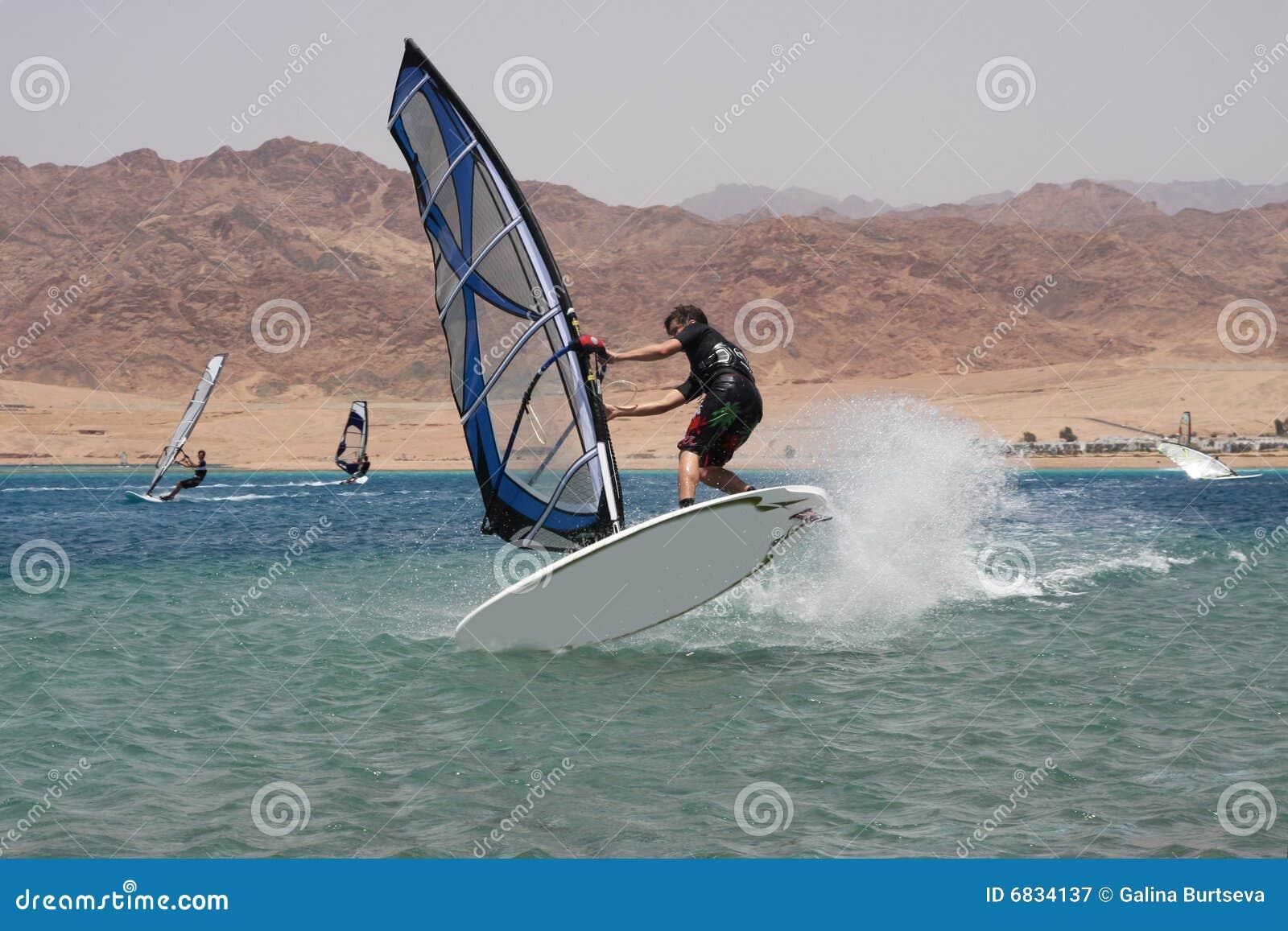跳风帆冲浪者年轻人