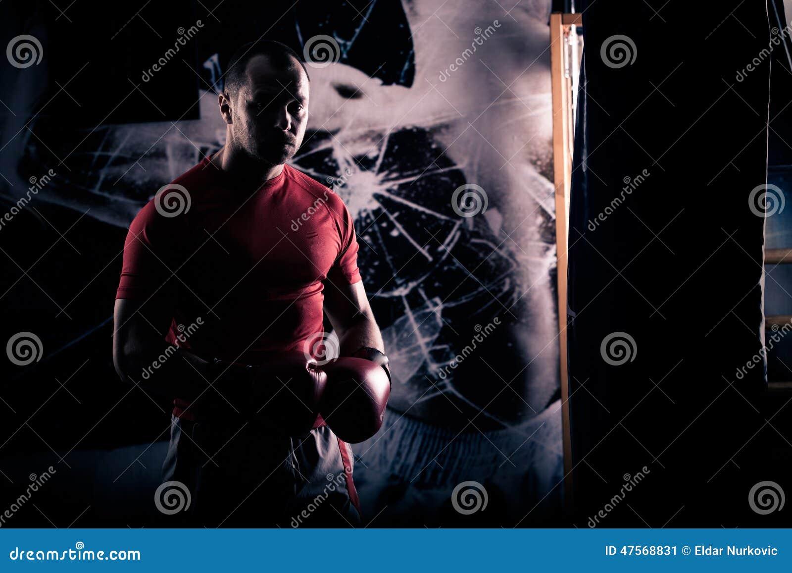 练拳击的沙袋多少钱_踢拳击手拳击作为大战斗的锻炼 拳击手命中沙袋 在沙袋的年轻 ...