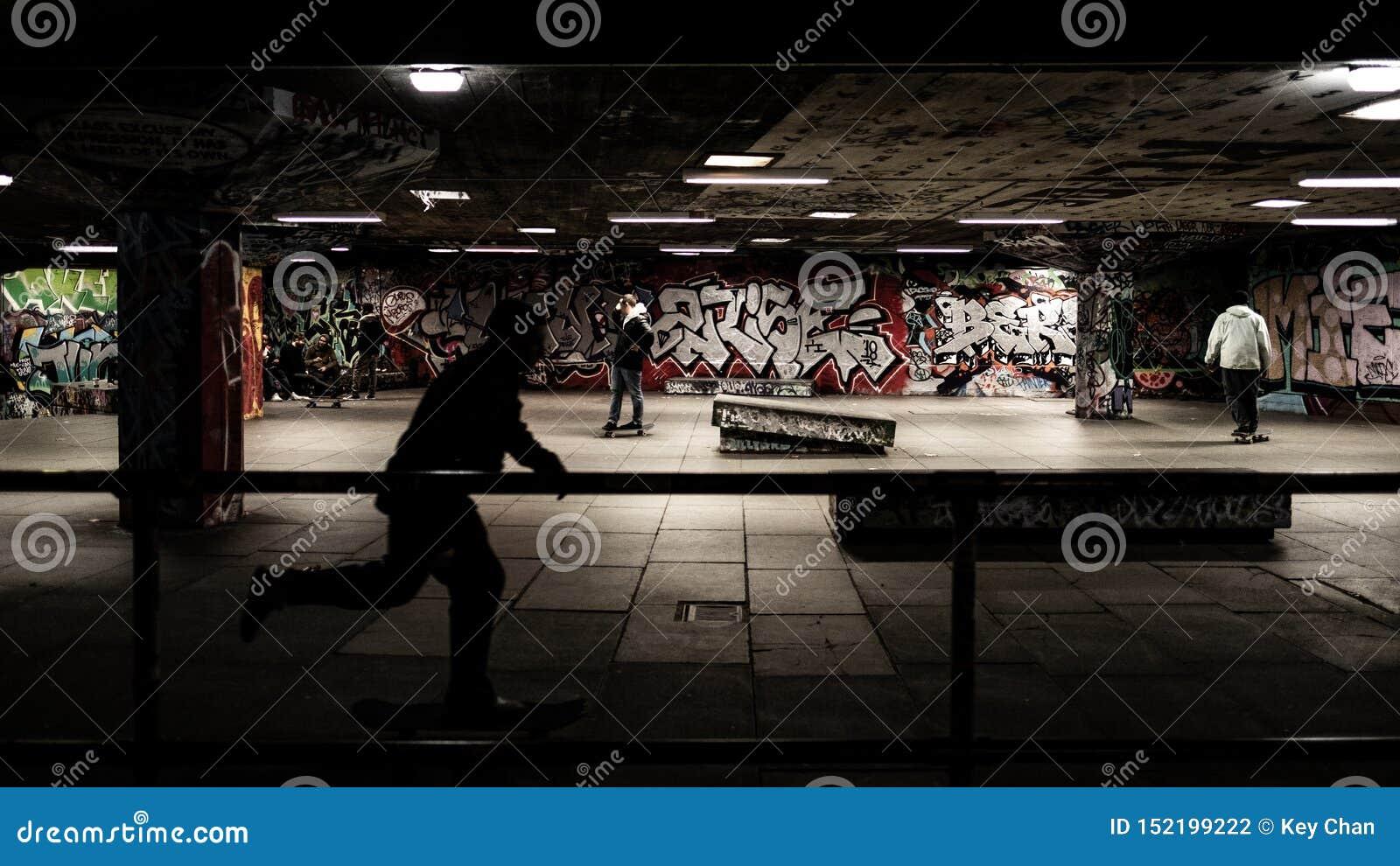 踩滑板在skatepark,黑阴影