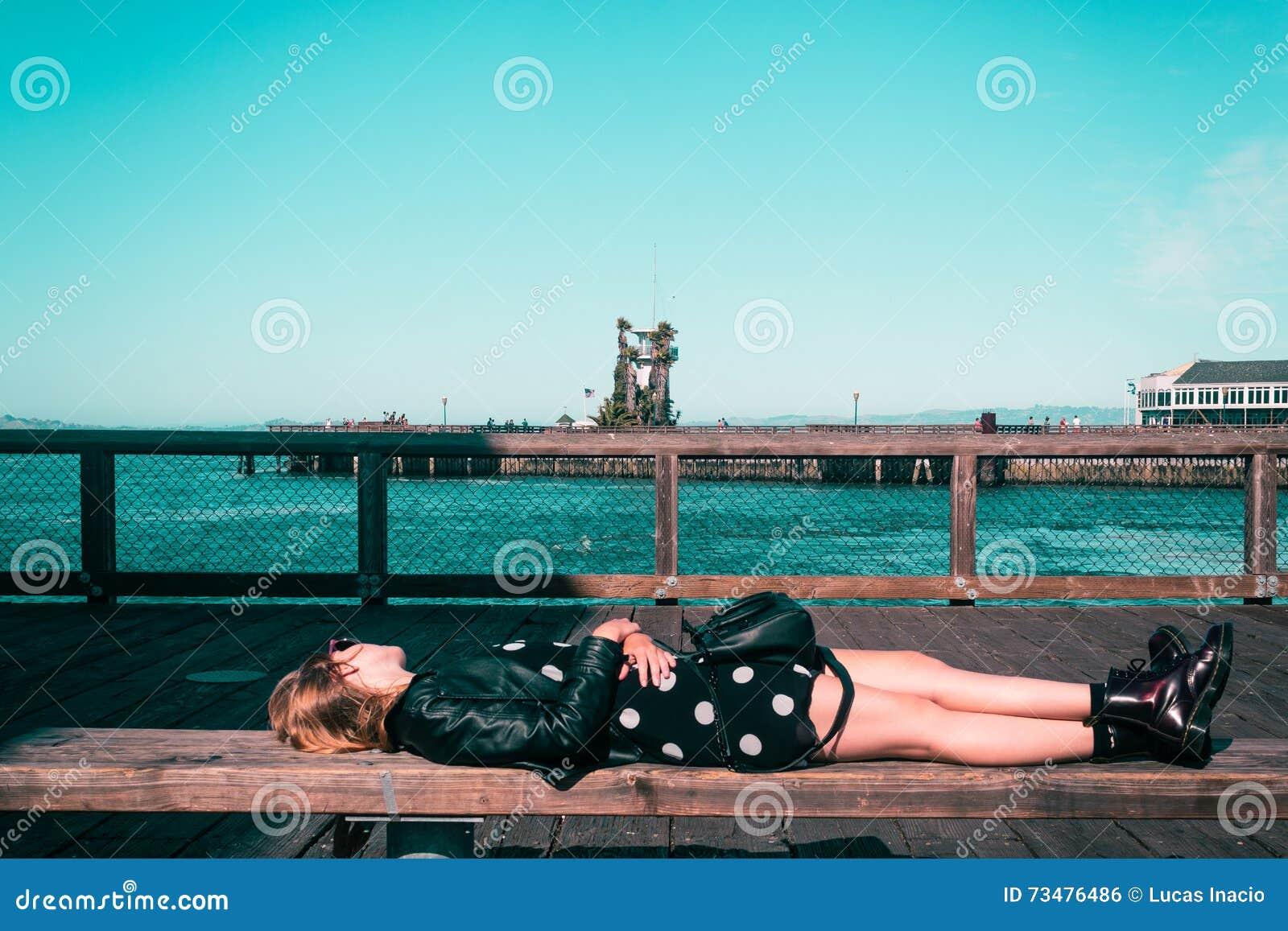 躺下在长凳的女孩在旧金山,加利福尼亚