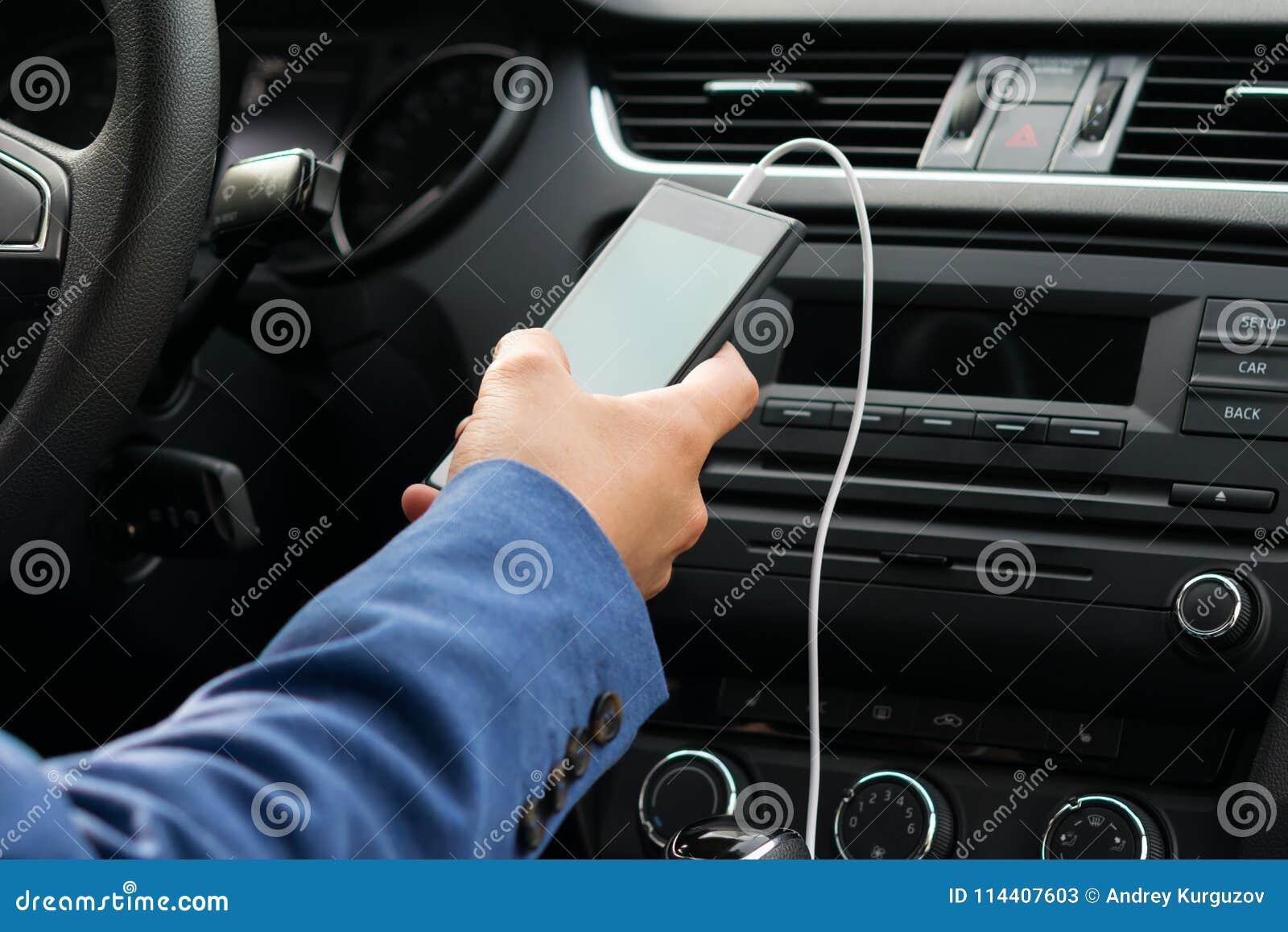 车的司机,他的举行递一根白色导线连接的电话,到汽车音乐系统