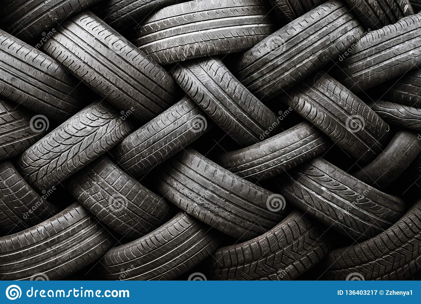 车胎纹理 在黑暗的背景的车胎