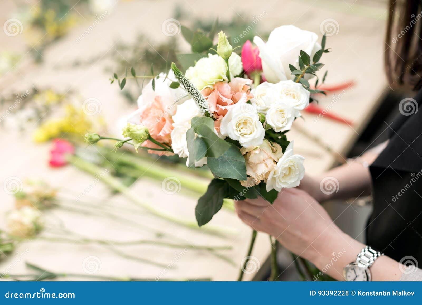 车间卖花人,做花束和花的布置 收集花的花束妇女 软绵绵地集中