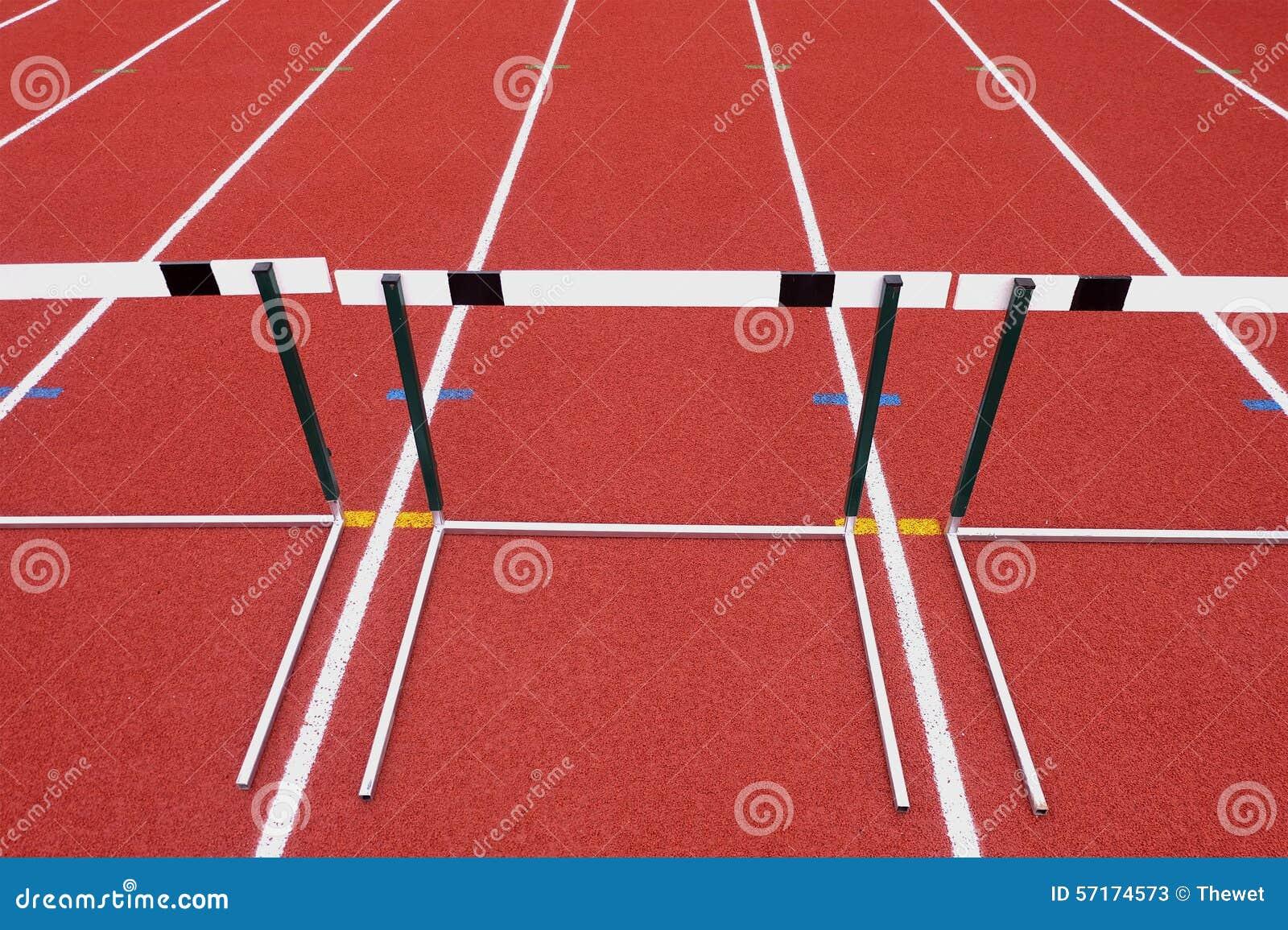 轨道领域的区域运动员赛跑的图片