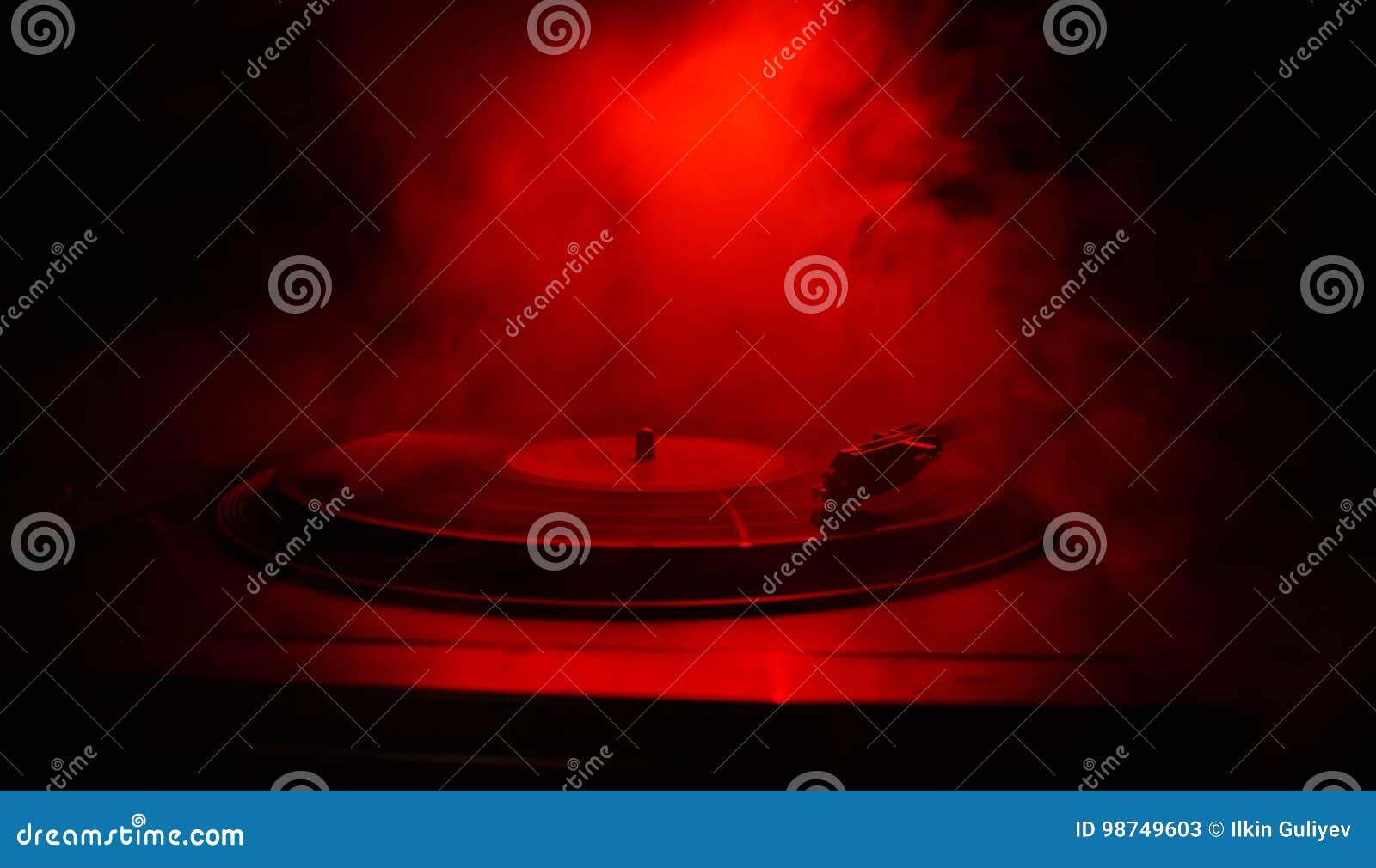 转盘唱片球员 音乐节目主持人的减速火箭的音响器材 演奏的DJ的合理的技术能混合&音乐 唱片是