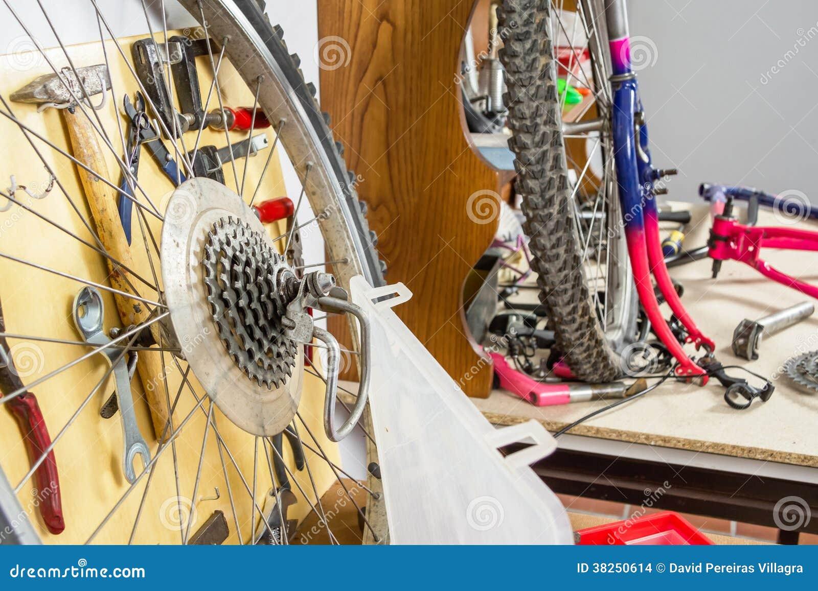 轮子和自行车零件在车间桌