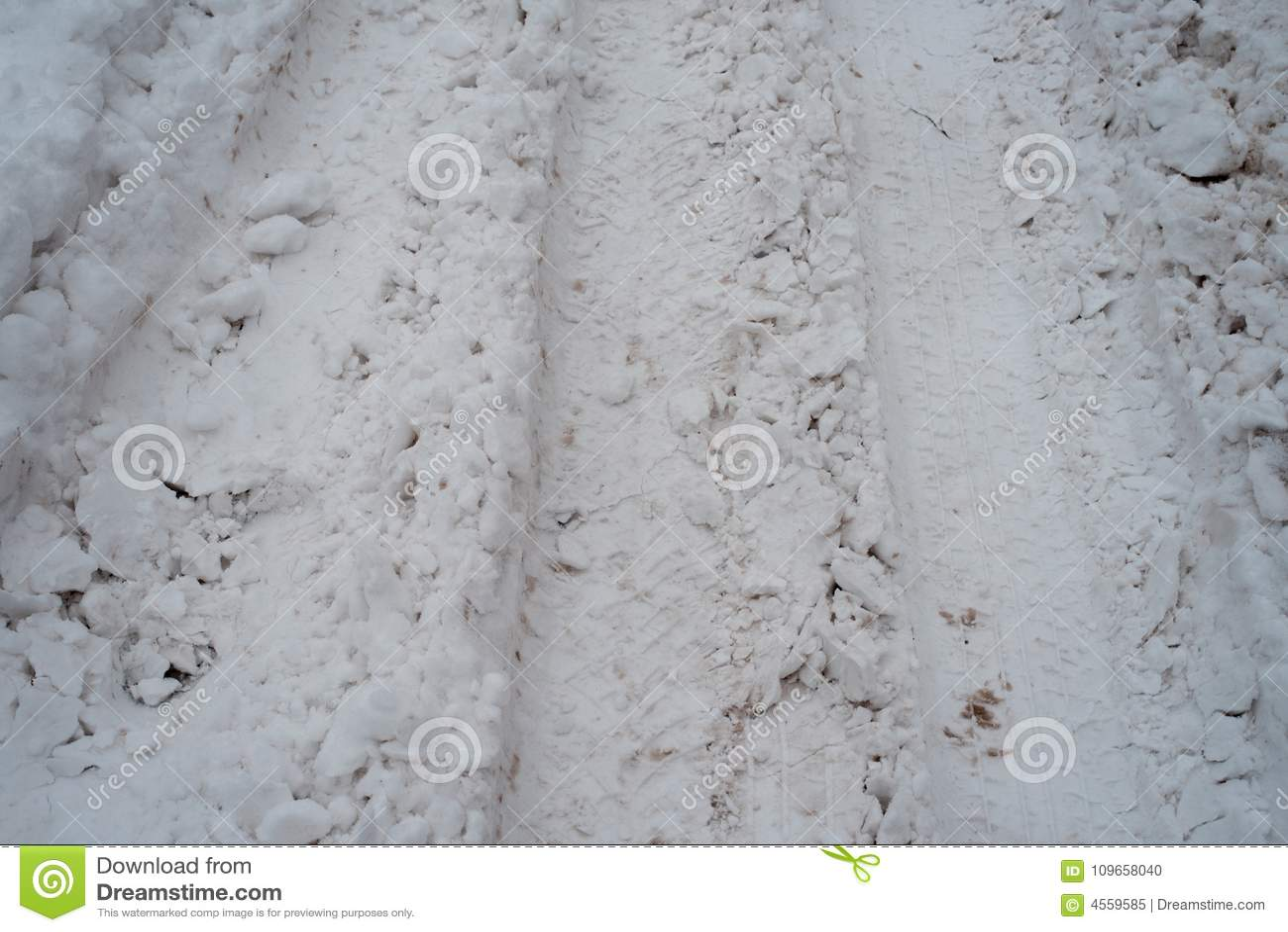 轮子踪影在白色雪的 从汽车轮子的许多印刷品  雪销售在从很大数量的冬天