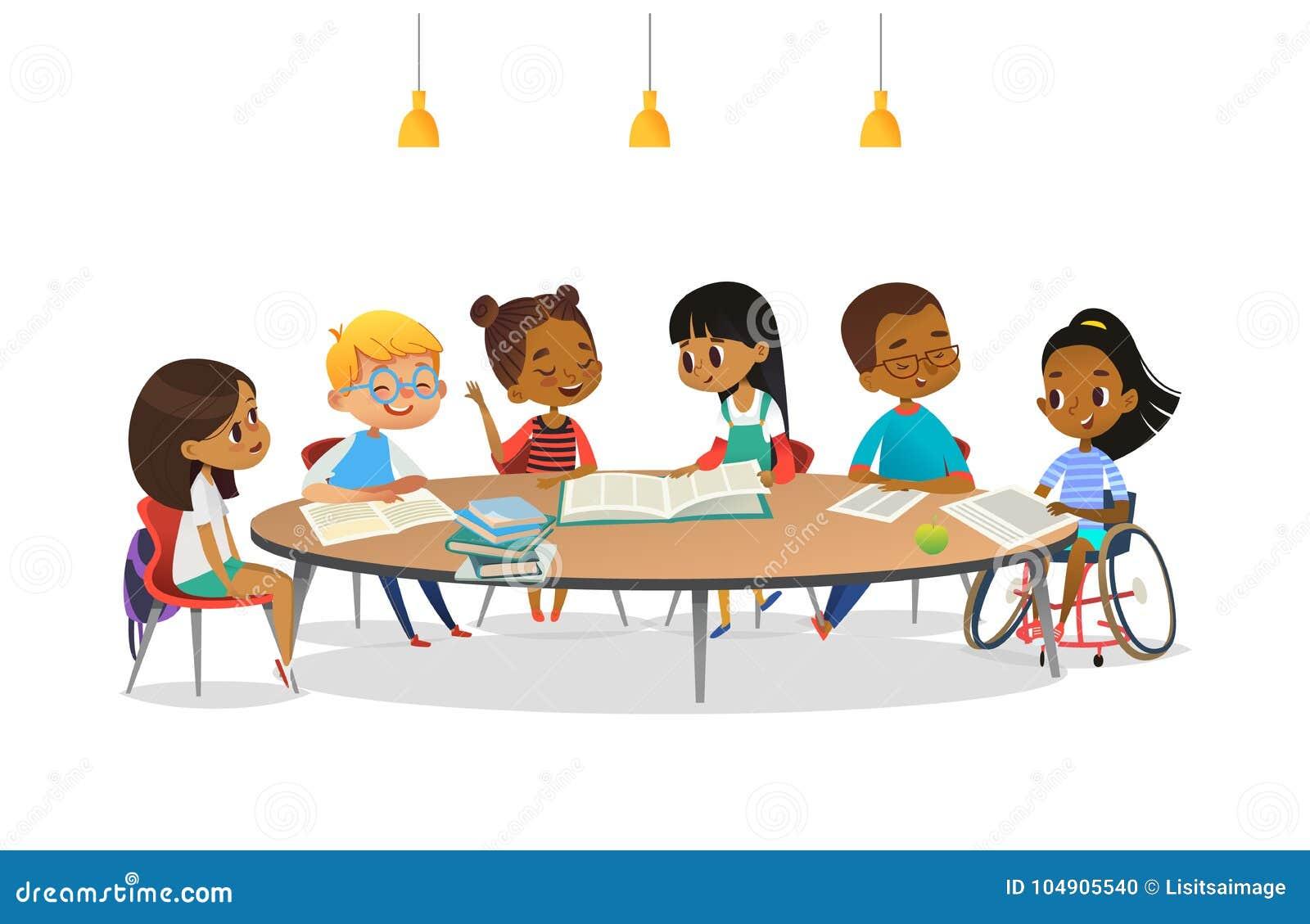 轮椅的微笑的失去能力的女孩和她的坐在圆桌、阅读书和谈话附近的学校朋友对其中每一