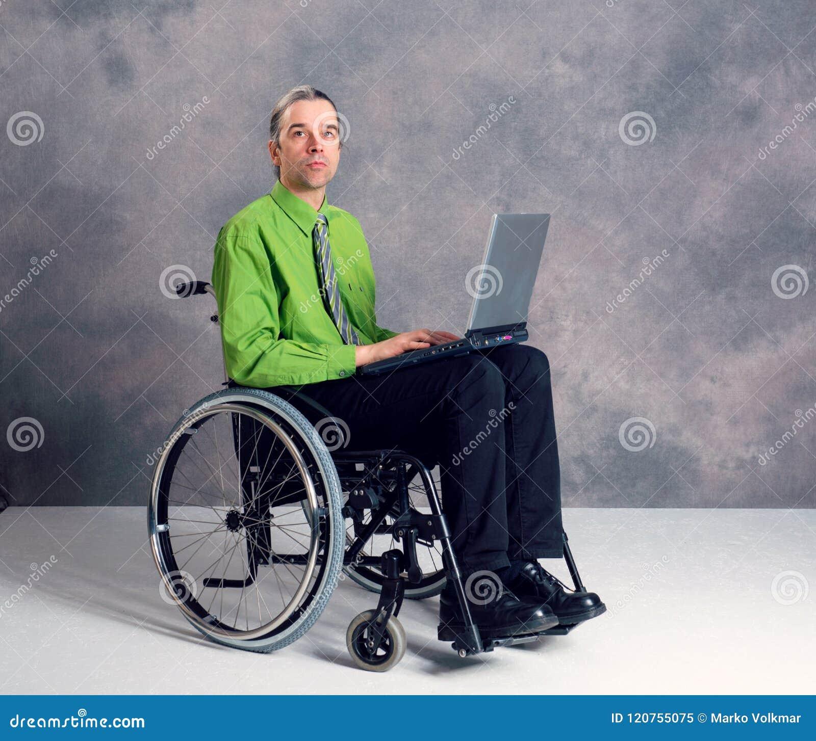 轮椅的残疾商人有计算机的