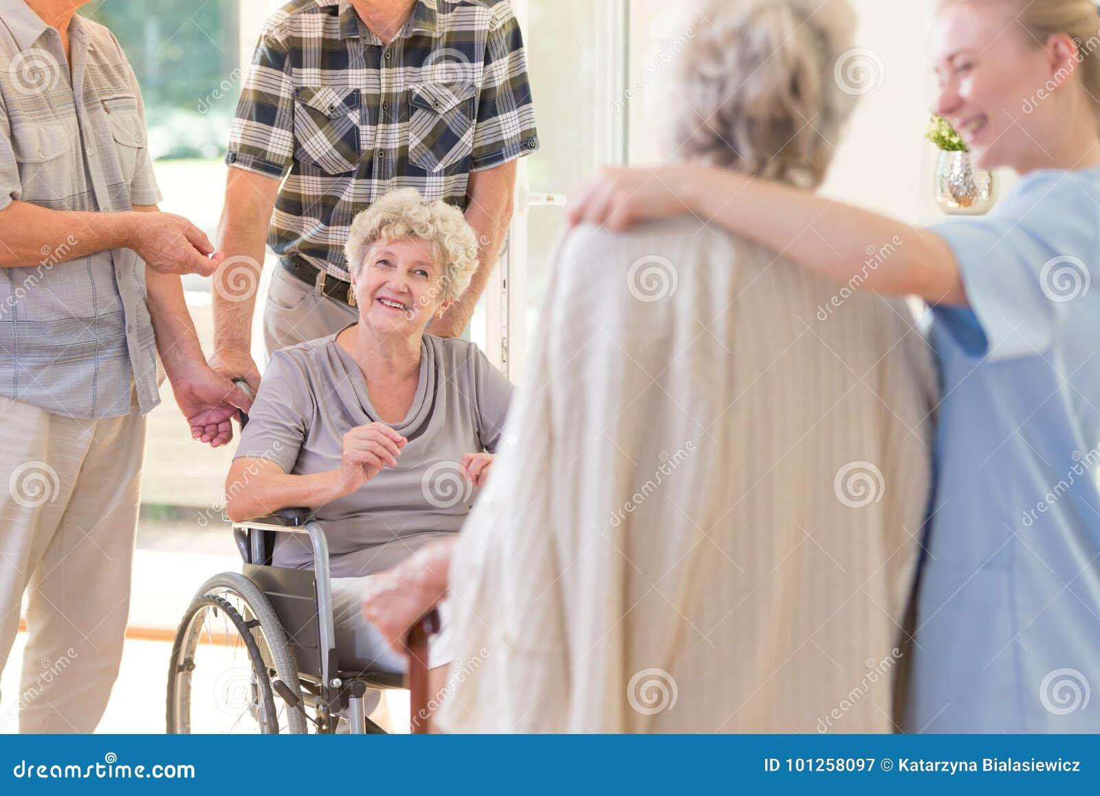 轮椅的祖母