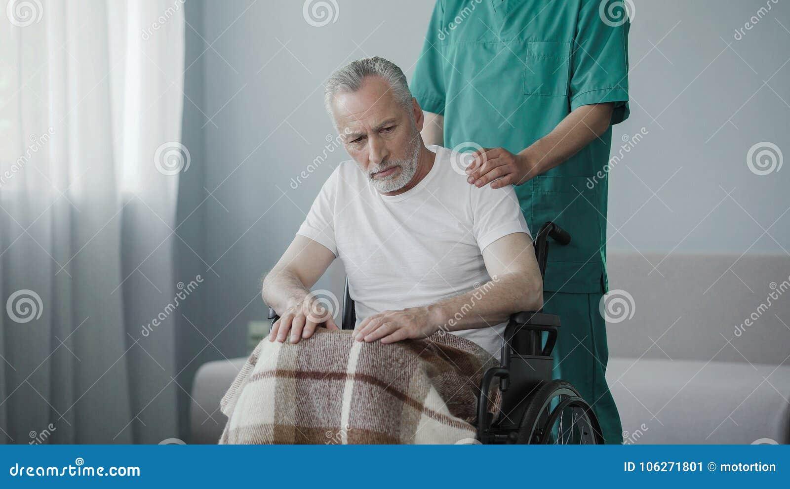 轮椅的被麻痹的领抚恤金者不显示反应给护理的房子雇员
