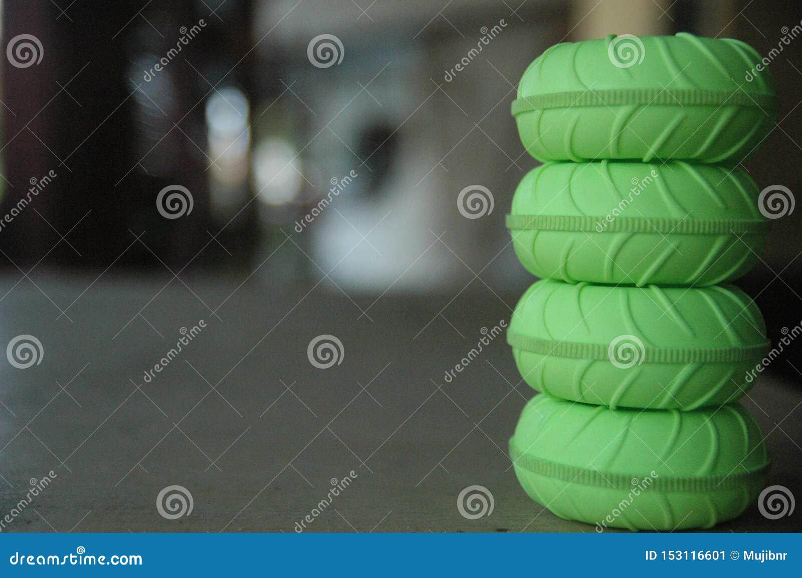 轮胎遥控玩具绿色迷离背景细节纹理的关闭