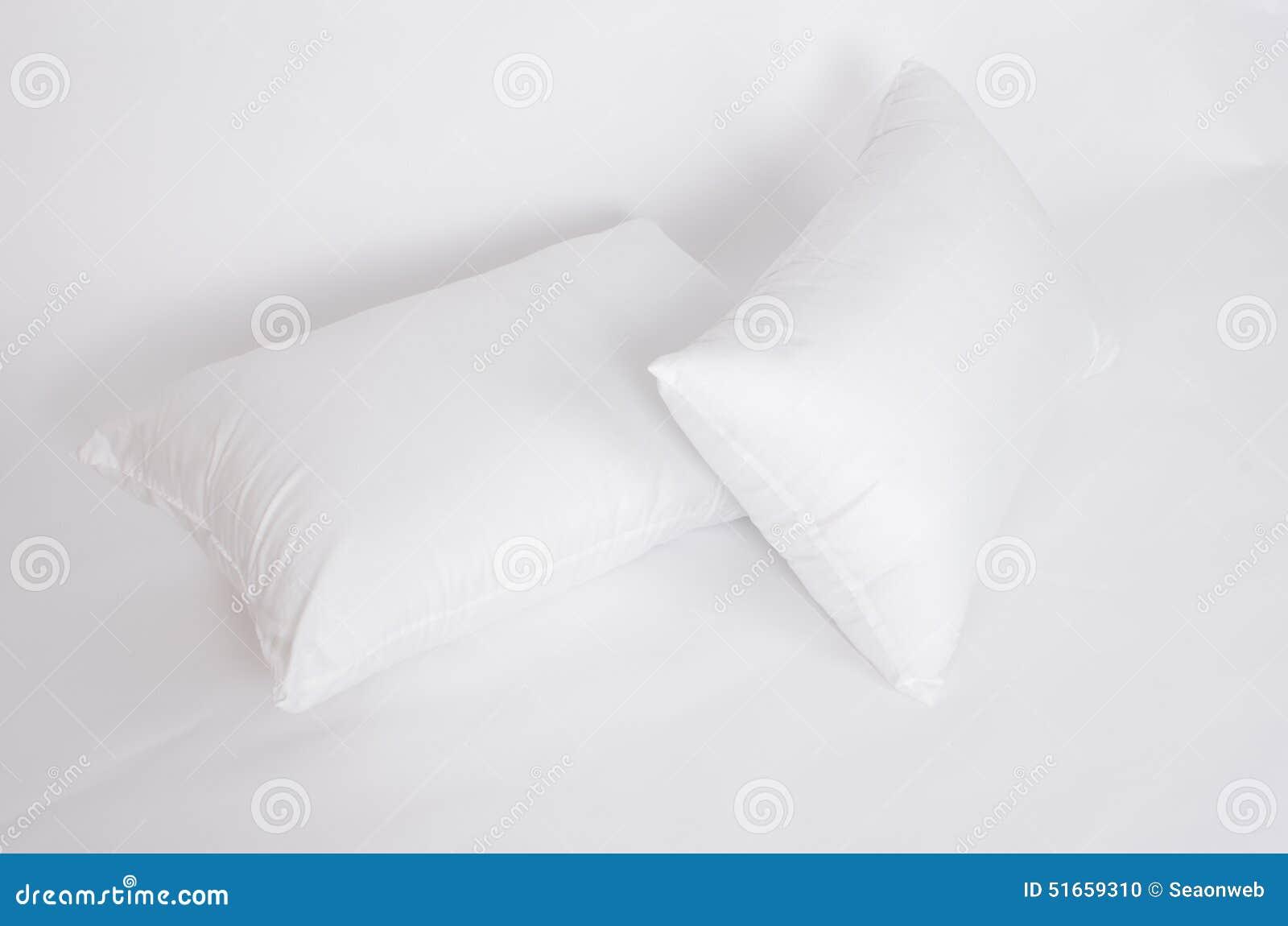 软性和卫生学把伟大枕在白色隔绝的您的卧室的