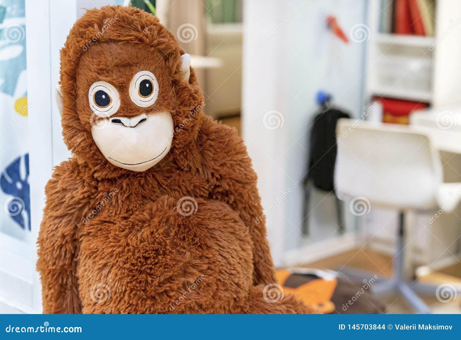 软的在玩具店的玩具橙色猴子