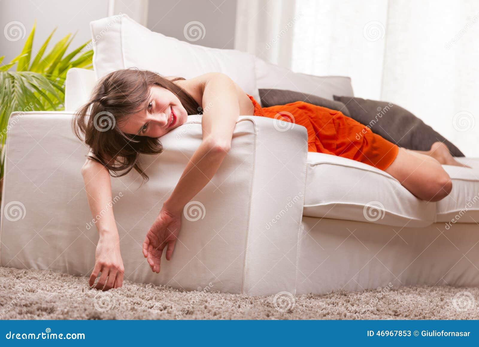 软软地说谎在沙发的性感的妇女