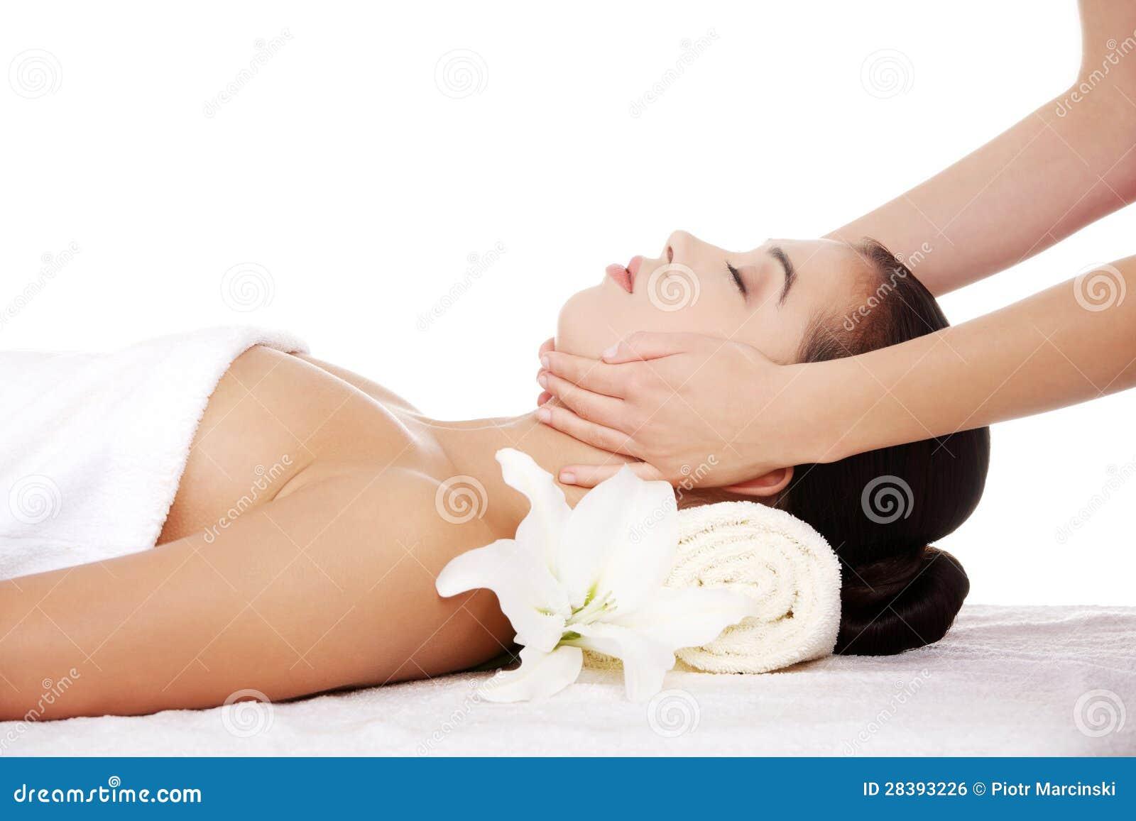 轻松的妇女喜欢接受表面按摩