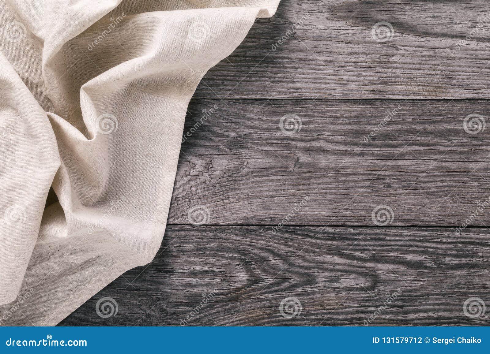 轻的桌布的顶视图在木桌的左面
