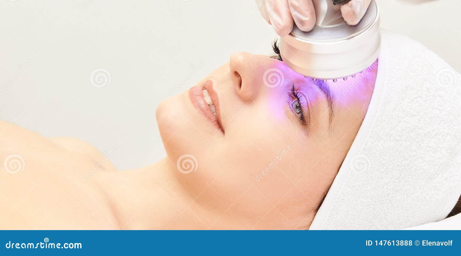 轻的红外疗法 整容术头做法 秀丽妇女面孔 化妆沙龙设备 脸皮回复