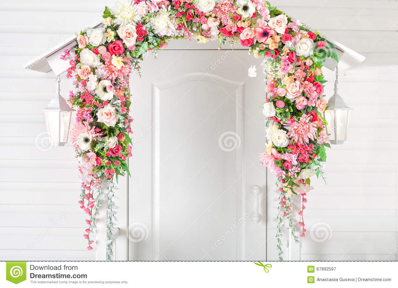 输入白色门、门廊和街灯 花曲拱 春天