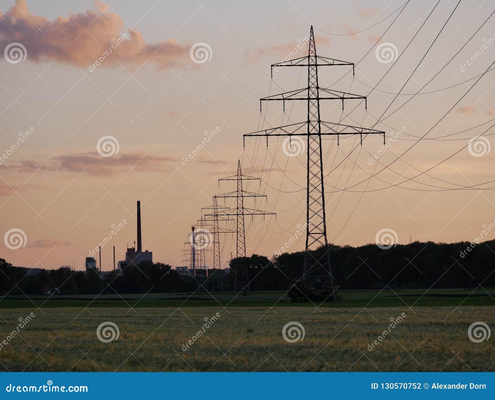 输电线的图象在日落期间的与能源厂