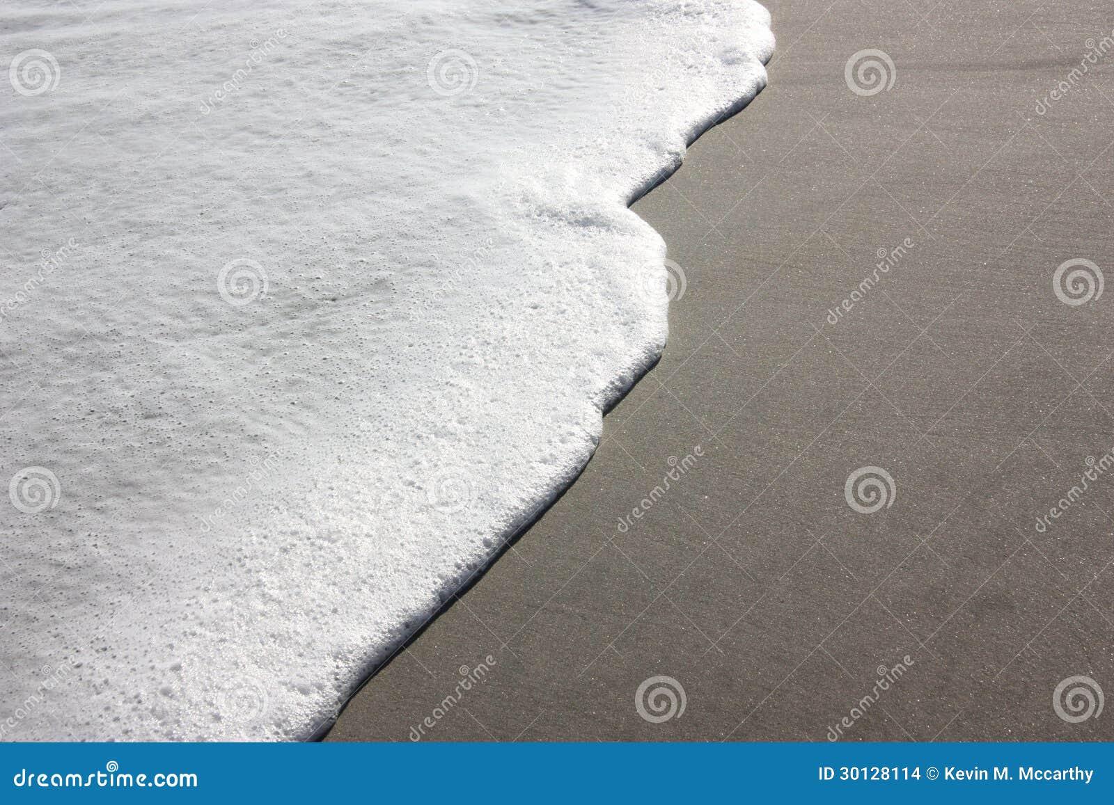 在海洋海滩的海泡沫图片