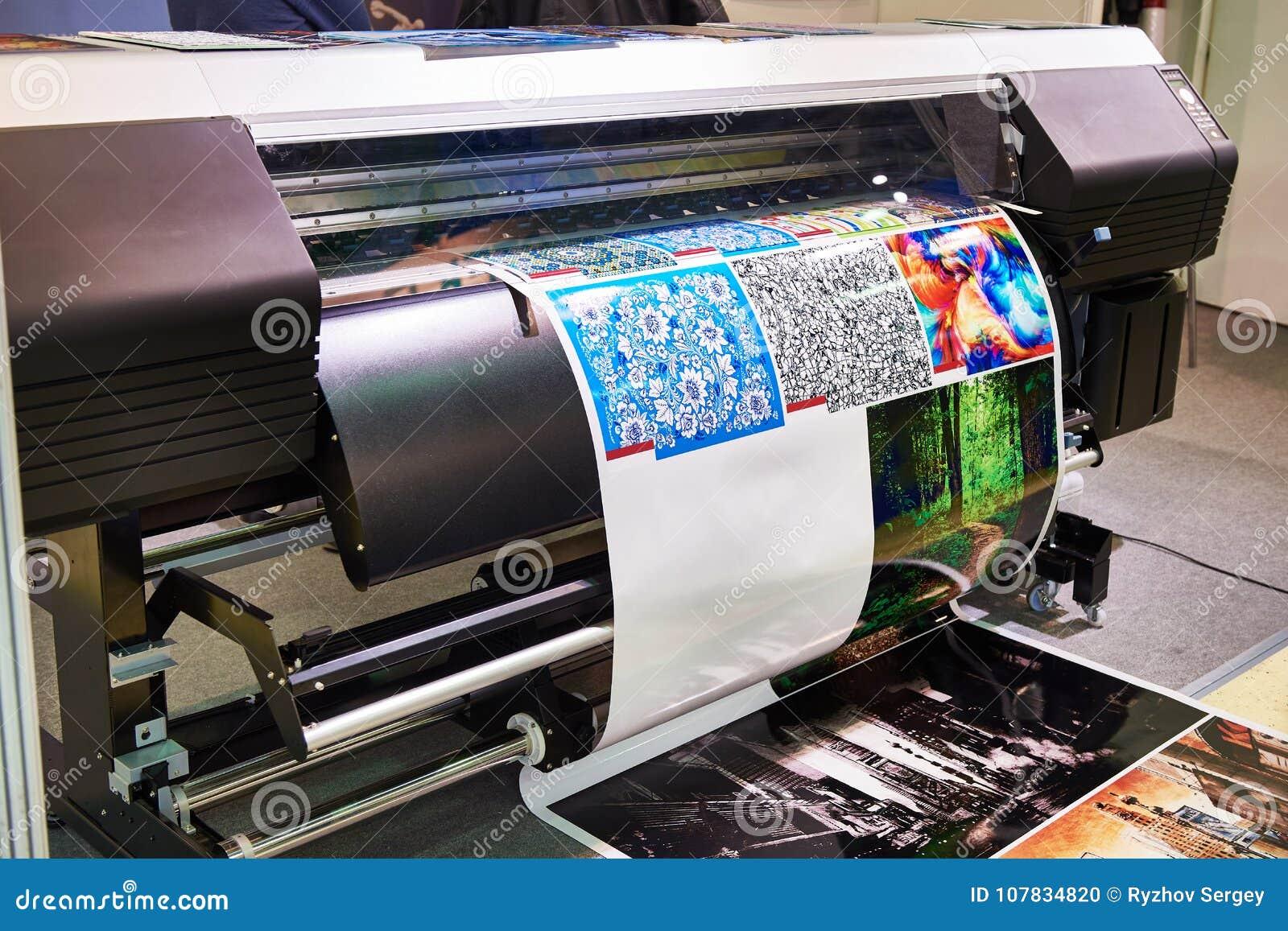 辗压在工作的绘图员打印机