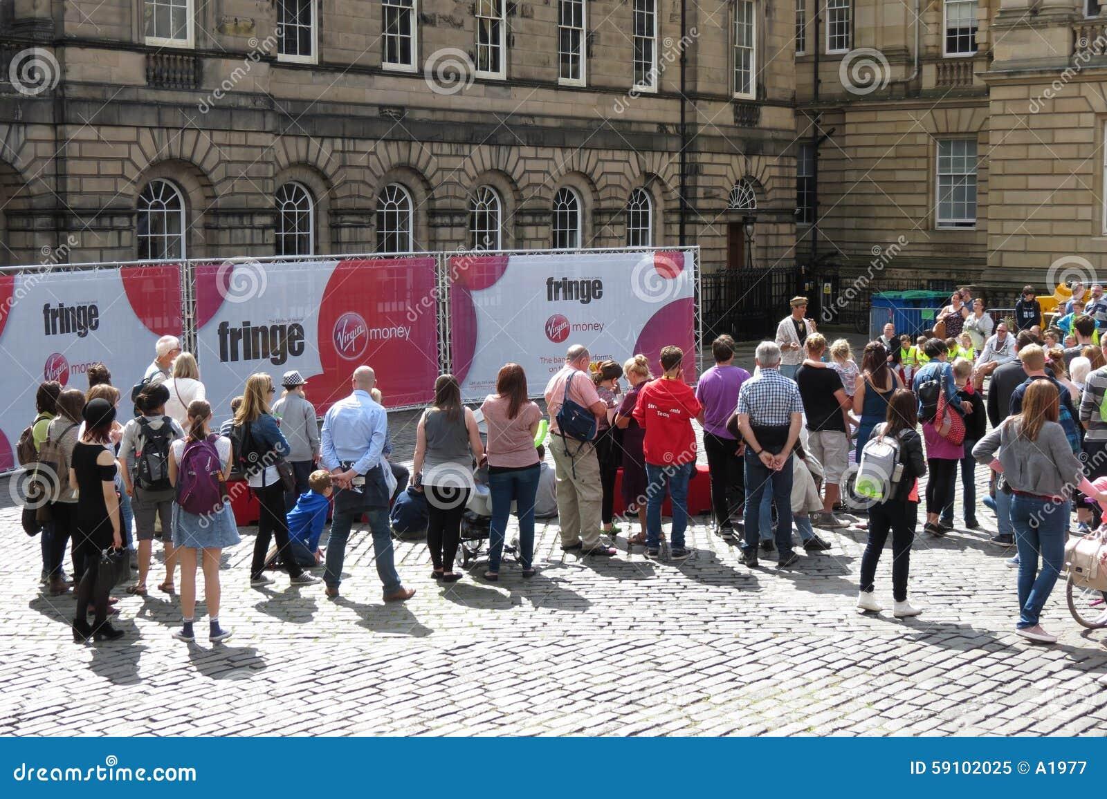 边缘节日观众在爱丁堡