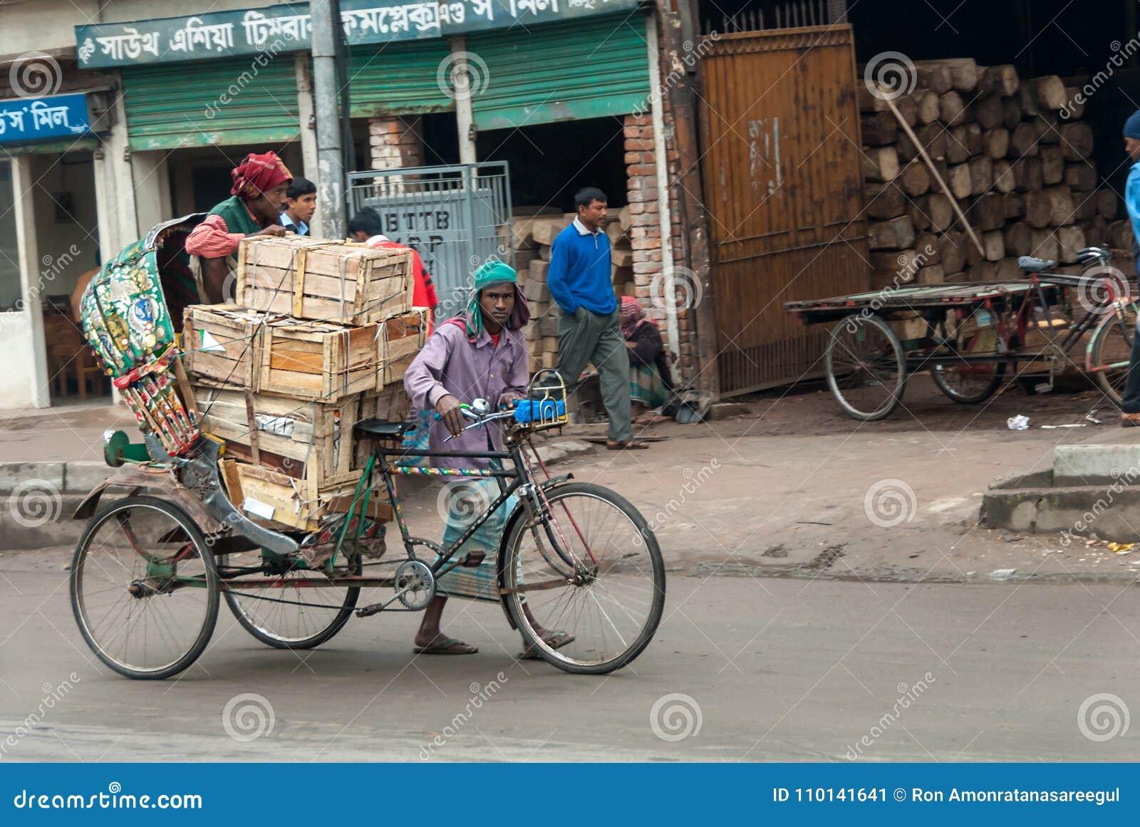 """达卡,孟加拉国†""""2008年1月26日:轮转人力车制帽工人"""