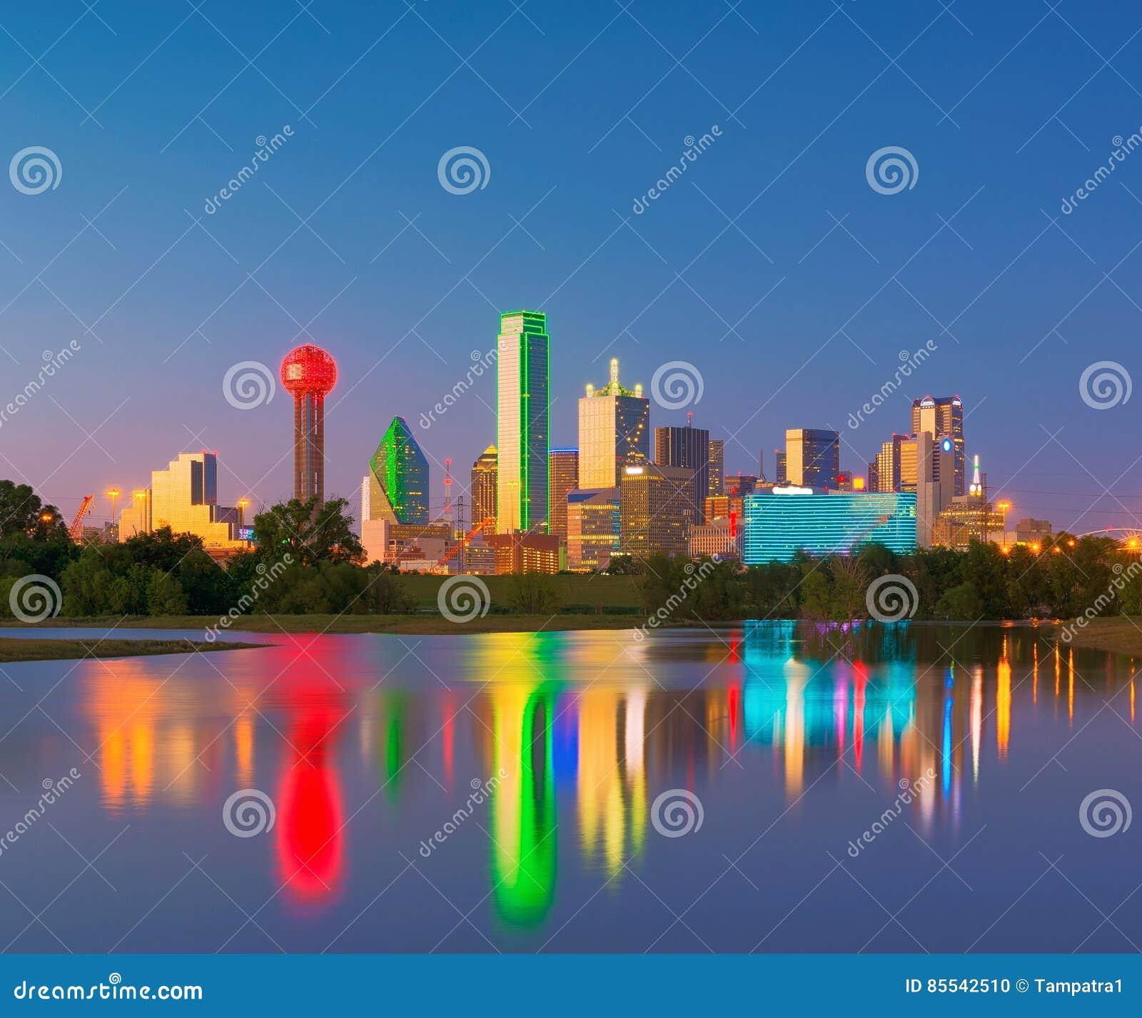 达拉斯地平线反射在黎明,街市达拉斯,得克萨斯,美国