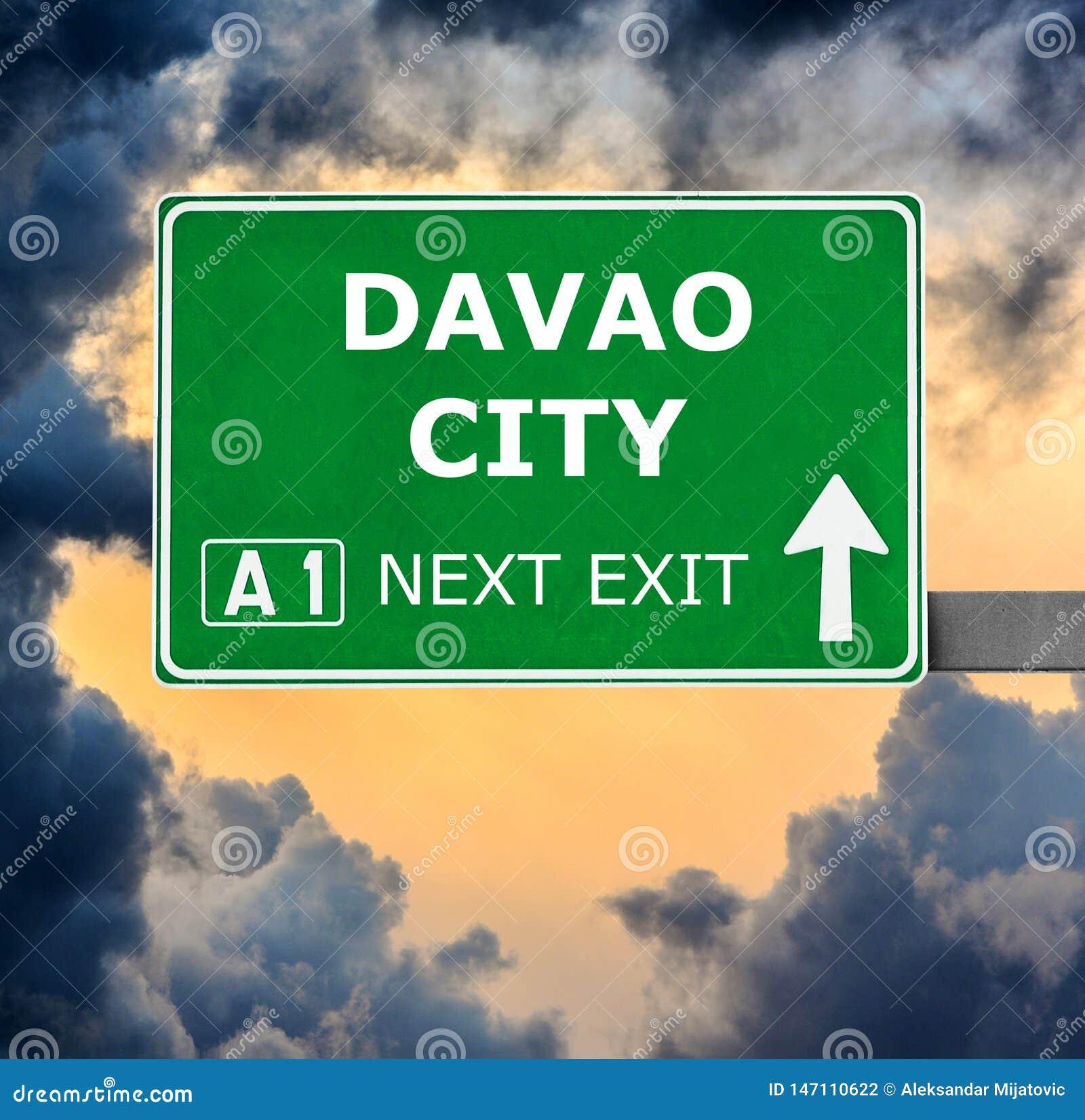 达沃市反对清楚的天空蔚蓝的路标