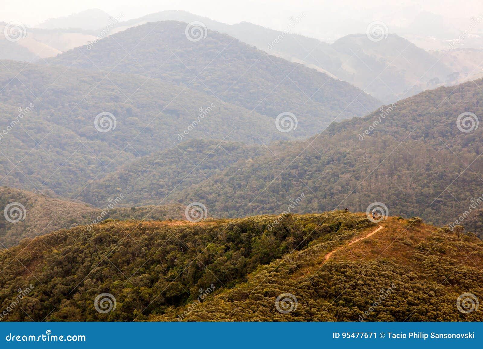 迁徙的人们在一座山在南巴西