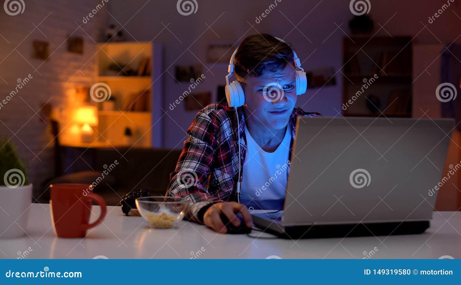 过于情绪化的青少年的男孩丢失的电子游戏,不充分的情感反应,上瘾者