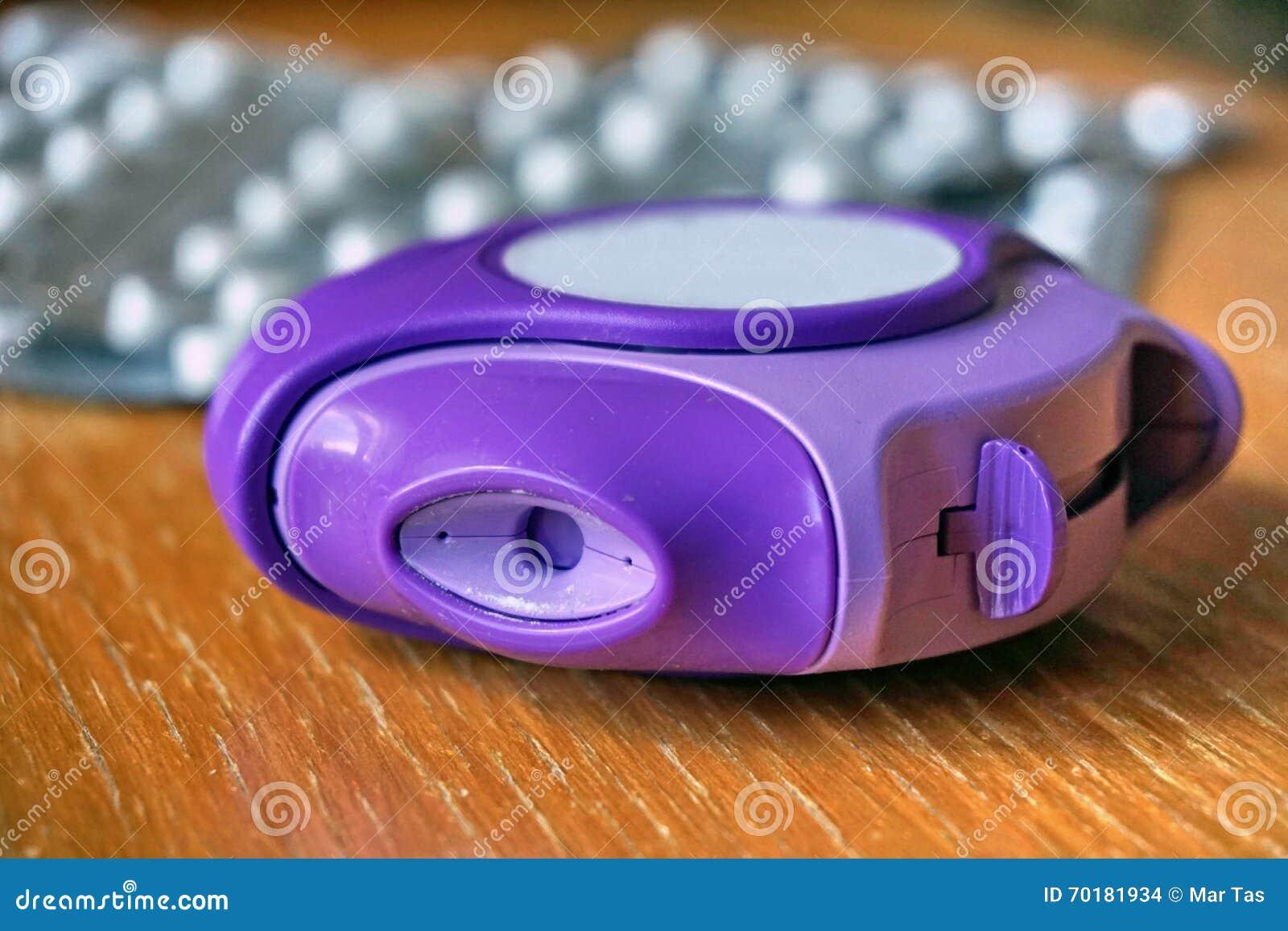 过敏吸入器用于减少在蓝色和紫罗兰色颜色的过敏和哮喘反应