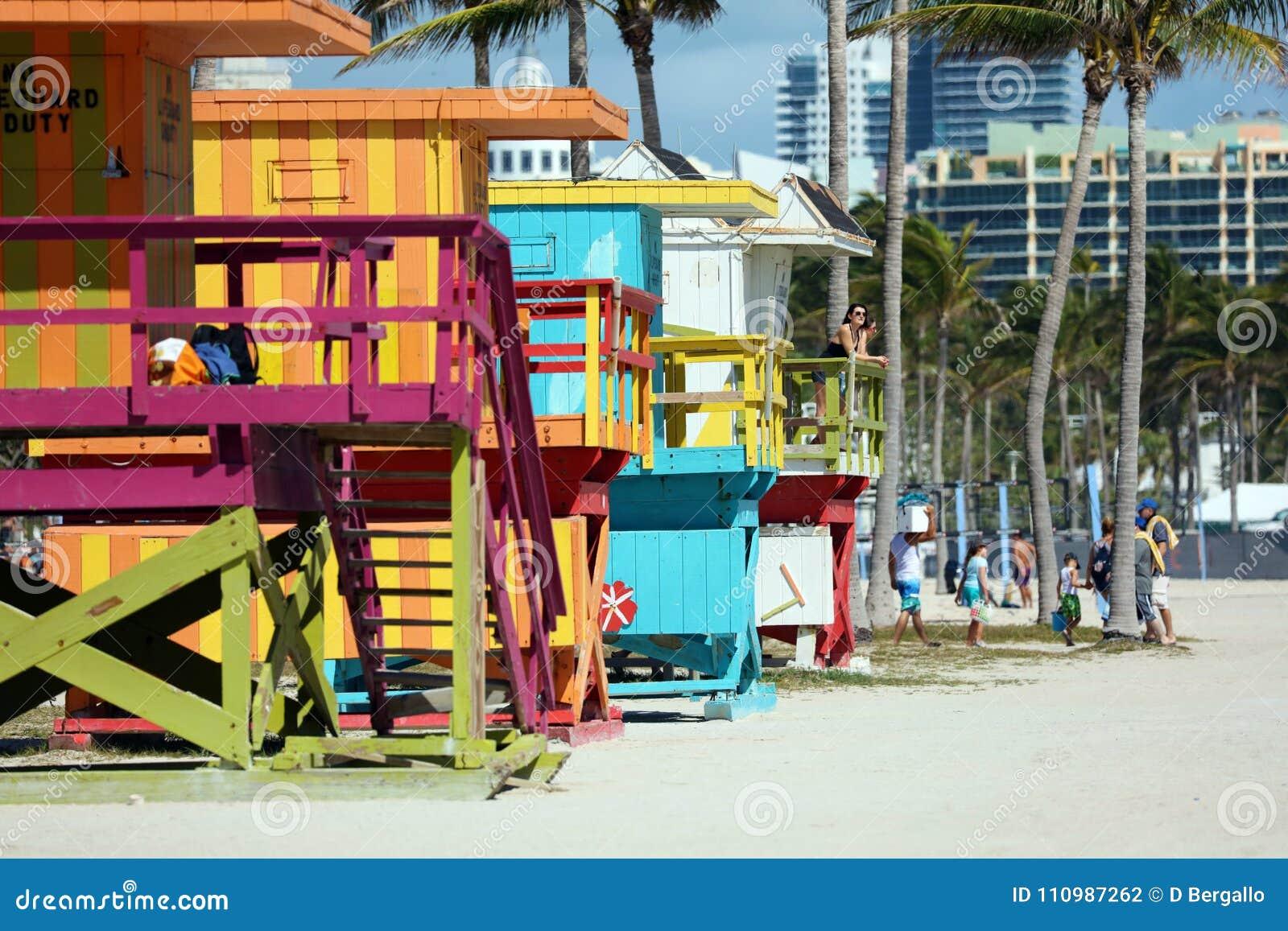 迈阿密海滩典型的救生员房子五颜六色的baywatch南海滩