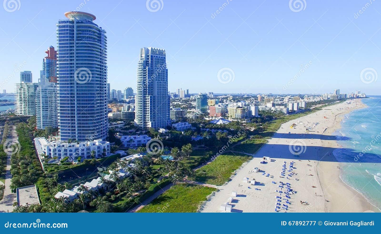 迈阿密海滩在一个晴天,鸟瞰图