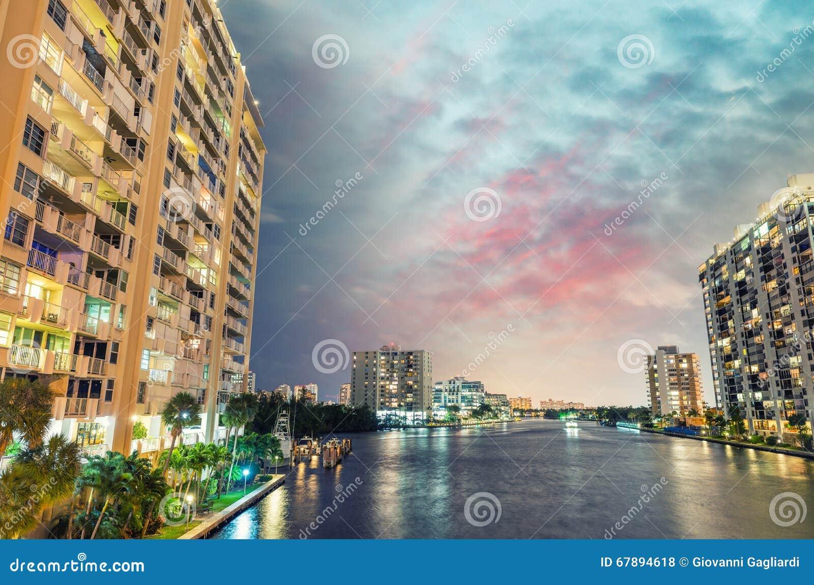 迈阿密海滩在晚上 美好的大厦反射