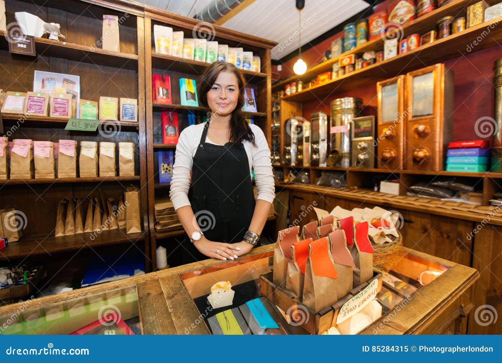 运作在咖啡店的女性推销员画象