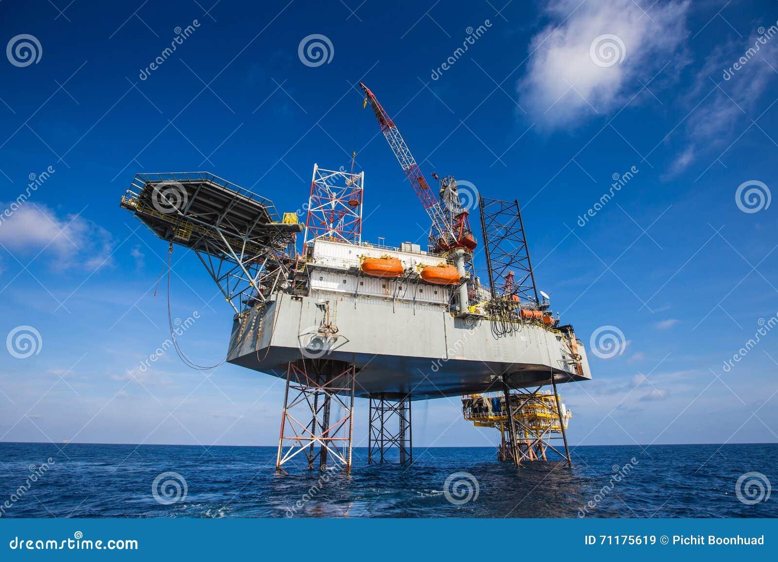 运作在遥远的泉源平台的油和煤气凿岩机,准备由个人篮子转移乘客