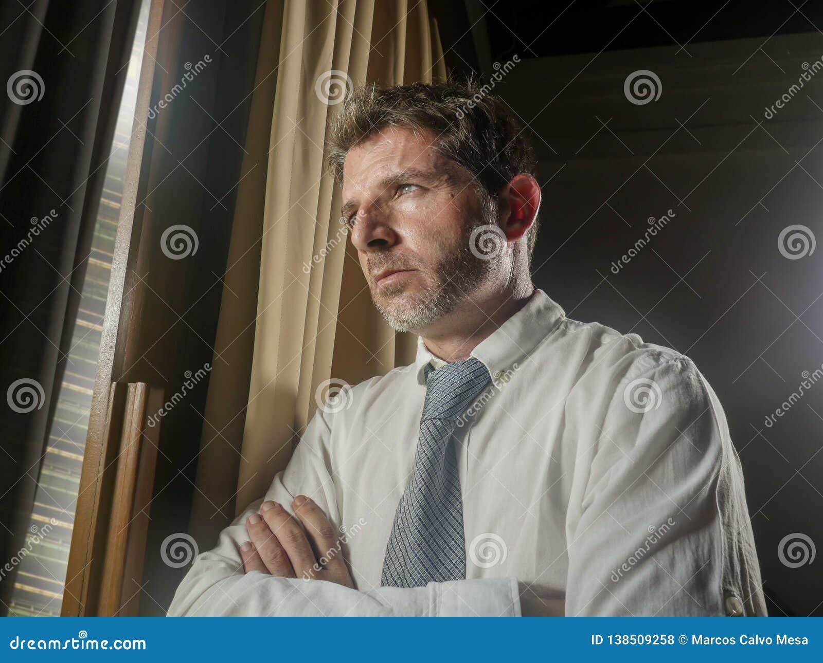 运作晚看的商人办公室画象通过周道的窗口和沮丧沉思的感觉担心哀伤和