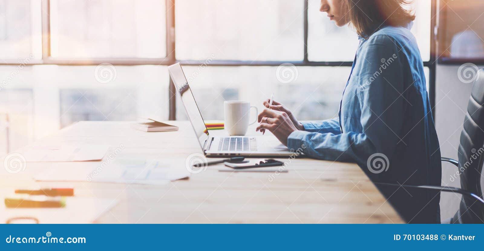 运作的处理现代办公室 与新的交易起步的年轻人财务经理运作的木桌 键入的当代