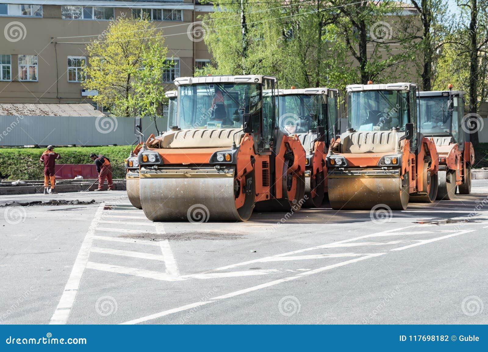 运作的溜冰场准备好放置沥青在路在城市 修理路