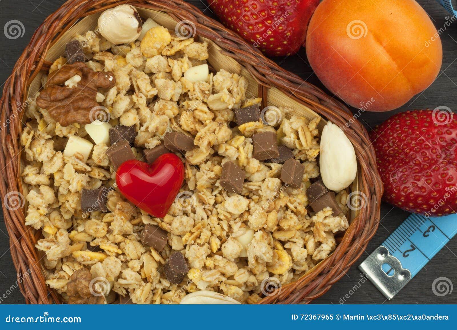 运动员的健康膳食补充剂 早餐Muesli和果子的Cheerios 减重的饮食 吃的Muesli