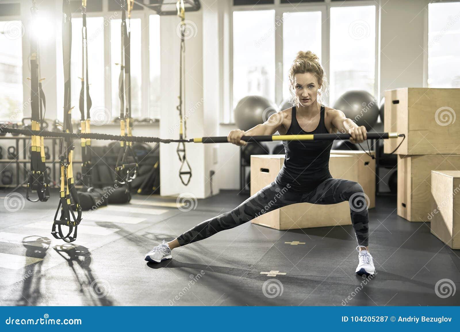 运动女孩在健身房行使