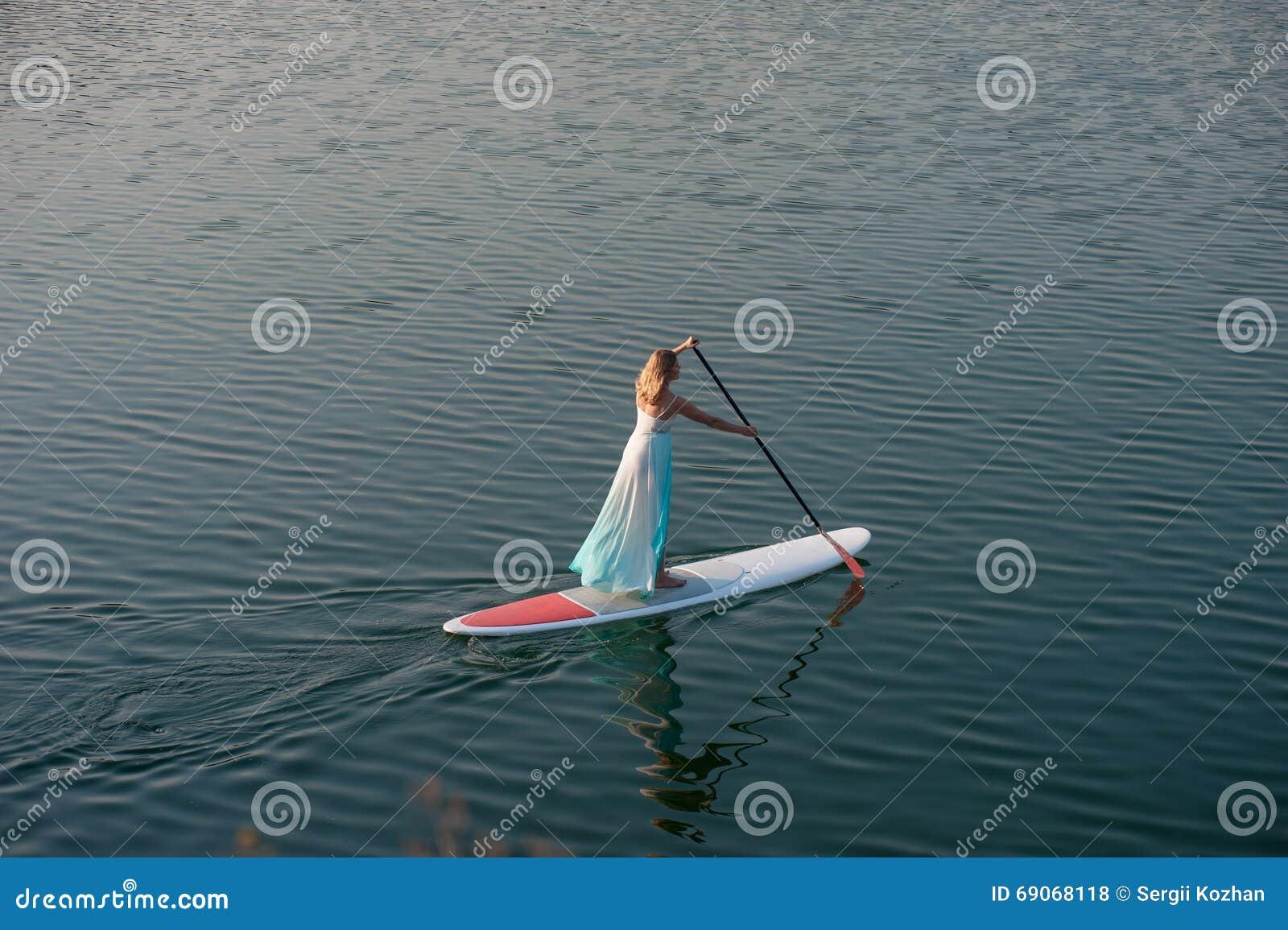 运动女孩站立paddleboard01