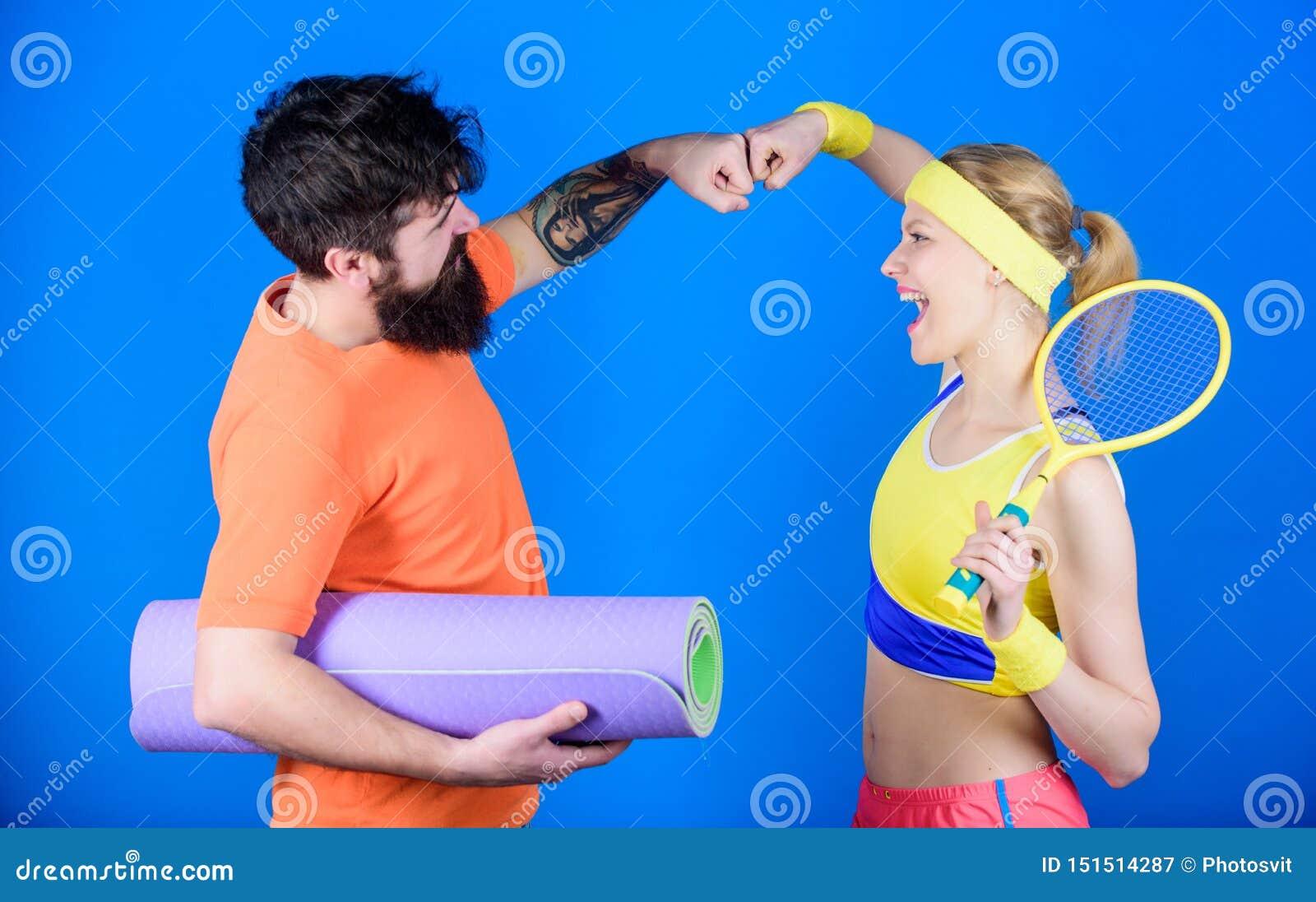 运动的夫妇 r 爱上瑜伽席子和运动器材的男人和妇女夫妇 ??
