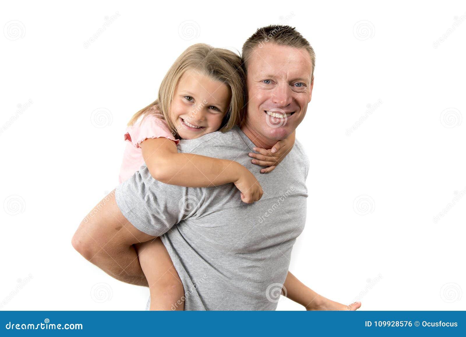 运回他美好的美好的7岁的年轻可爱和愉快的人他的女儿在父亲和他可爱的一点gir