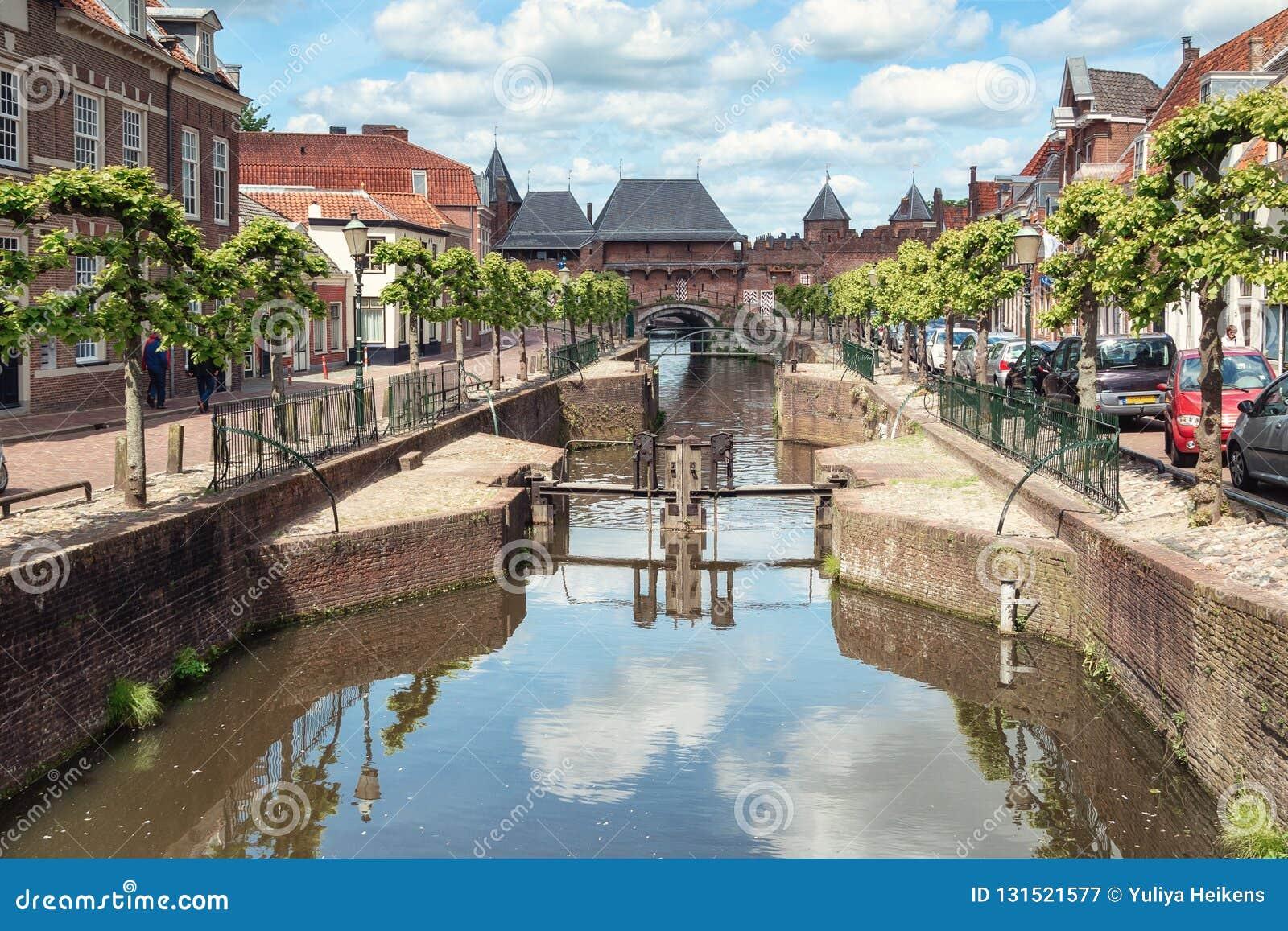 运河Eem有在背景中中世纪门Koppelpoort在阿莫斯福特在荷兰